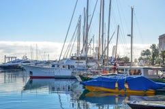 快艇游艇和风船在Port Le Vieux戛纳,法国 免版税库存照片