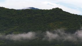 快行低态度山云彩在一个风雨如磐的雨天 影视素材