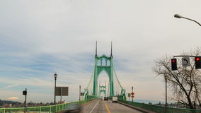 快行自动交通时间间隔电影在历史的圣约翰斯桥梁和云彩的在波特兰俄勒冈1920x1080 股票视频