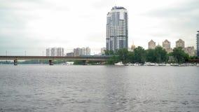 快车在横跨河的桥梁移动 影视素材