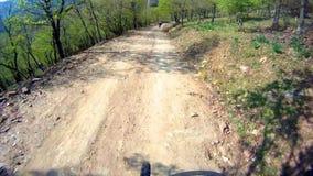 快速地乘坐的自行车下坡 影视素材