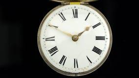 快速地去老葡萄酒时钟机制手表的时间 黑色背景 声音 股票视频