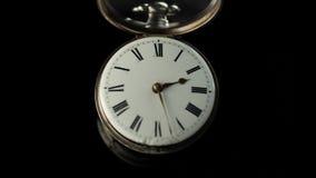 快速地去老葡萄酒时钟机制手表的时间 黑色背景 时间间隔 影视素材