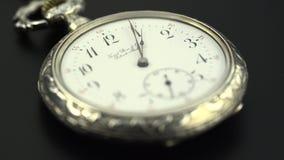 快速地去老葡萄酒时钟机制手表的时间 黑色背景 股票视频