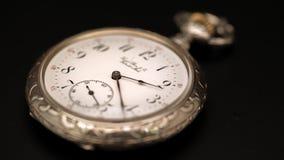 快速地去老葡萄酒时钟机制手表的时间 黑色背景 Timelapse 股票视频