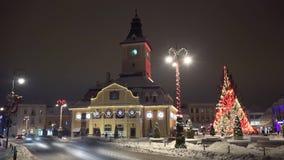 快速地移动在街市布拉索夫的汽车和人们, timelapse,圣诞节冬天传说城市,特兰西瓦尼亚,罗马尼亚 影视素材
