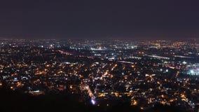 快速地移动通过高速公路的汽车夜 市区墨西哥城 影视素材