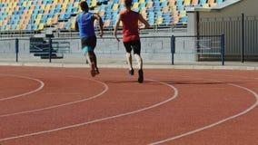 快速地跑的足球运动员,训练在重要比赛前,活跃生活 股票视频