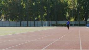 快速地跑的运动员取得有效地训练在竞争前的最佳的结果 股票视频