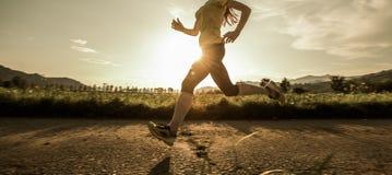 快速地跑适合的妇女 免版税库存图片