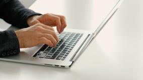 快速地键入网上回顾人手膝上型计算机的速度 影视素材