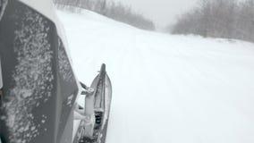 快速地雪上电车移动沿在落的雪下的狭窄的轨道 影视素材