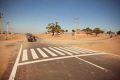 快速地驾驶在空的交叉路的Motocycle 图库摄影