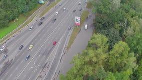 快速地驾驶在繁忙的城市高速公路,鸟瞰图的汽车通行 影视素材