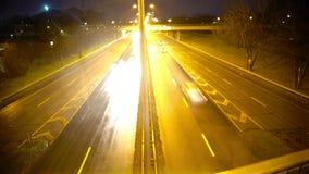 快速地驾驶在高速公路的汽车在晚上,事故,多雨天气的风险 影视素材