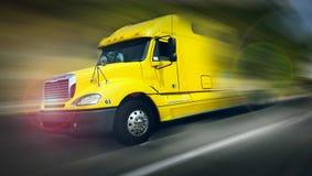 快速地驾驶的卡车 免版税库存图片