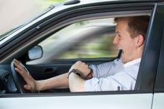 快速地驾驶他的汽车的商人 免版税库存图片