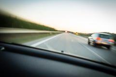 快速地移动在高速公路的汽车 图库摄影