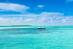 快速汽艇在印度洋的水晶水中 免版税库存图片
