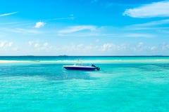 快速汽艇在印度洋的水晶水中 库存照片