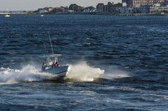 快速汽艇横穿风力驱动的剁的行驶颠簸 图库摄影