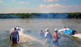 快速汽艇竞争开始和烟 库存照片