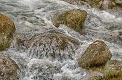 快速流动的山小河 库存照片