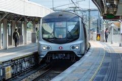 快速的地铁火车在平台到达露天驻地,人们走 地铁有限公司 图库摄影
