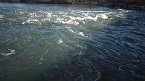 快速的水流量在桥梁下 股票录像