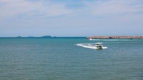 快速的航行汽艇有蓝色海背景  免版税库存图片