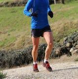 快速的赛跑者的肌肉腿在越野Champi期间的 库存图片