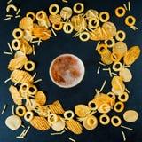 快速的速食概念洋葱圈炸薯条土豆片 免版税图库摄影