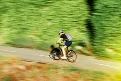 年轻快速的骑自行车的骑自行车者自行车骑士活跃人在summe 库存图片