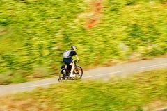 年轻快速的骑自行车的骑自行车者自行车骑士活跃人在summe 免版税图库摄影