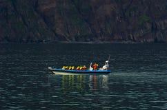 从快速的黄道带小船的鲸鱼观看的游览在Husavik附近 免版税库存照片