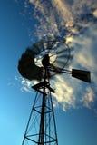 快速空转的日落风车 图库摄影