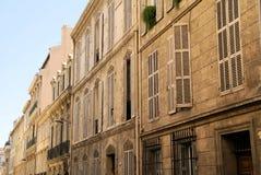 快门和窗口在老街道上 免版税库存图片