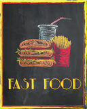 快餐、汉堡、油炸物和汁液在黑板背景 免版税库存图片