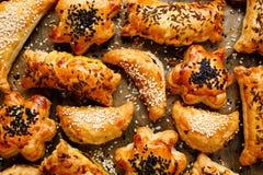 快餐与各种各样的装填的油酥点心洒与种子 图库摄影