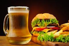 快餐和啤酒 库存图片