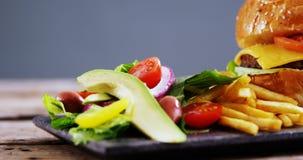 快餐和沙拉在板岩板 影视素材