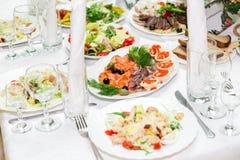 快餐和纤巧在宴会桌上 承办酒席 庆祝或婚礼 抛光 图库摄影
