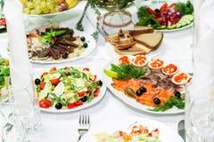 快餐和纤巧在宴会桌上 承办酒席 庆祝或婚礼 抛光 免版税图库摄影