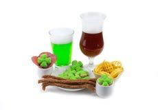 快餐啤酒绿色琥珀色的黑暗两块玻璃与三叶草的 天圣帕特里克 图库摄影