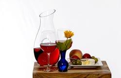 快餐在有花瓶和花的一个切板服务 库存图片