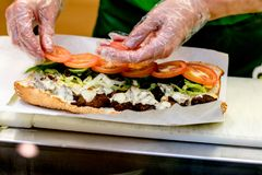 快餐在酒吧的三明治准备 免版税库存图片