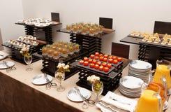 快餐的分类在宴会桌上的 免版税库存照片