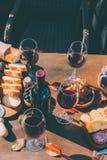 快餐的红葡萄酒和变异 库存照片