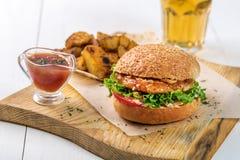 快餐盘 开胃肉汉堡、土豆片和调味汁 外带的构成 图库摄影
