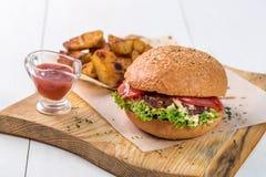 快餐盘 开胃肉汉堡、土豆片和调味汁 外带的构成 免版税库存照片